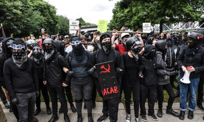 Los miembros de Antifa se alinean para confrontar un mitin en Portland, Oregon, el 17 de agosto de 2019. (Stephanie Keith/Getty Images)