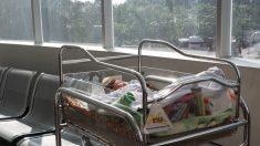 Enfermera adopta a bebé abandonada a la que le queda 1 año de vida, pero decide quedarse cinco años