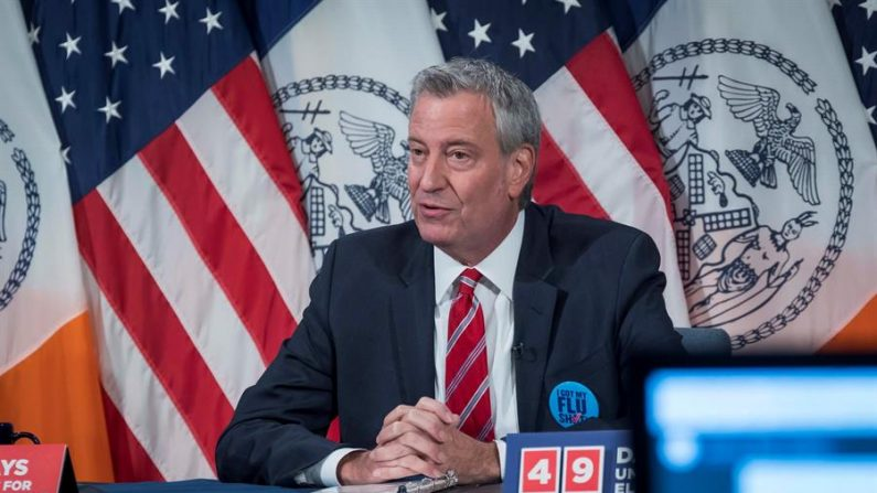 Fotografía cedida por la Alcaldía de Nueva York donde aparece su alcalde Bill de Blasio mientras habla durante su rueda de prensa diaria el 15 de septiembre de 2020 en la sede de la municipalidad en Nueva York (EE.UU.). EFE/Ed Reed/Alcaldía de Nueva York