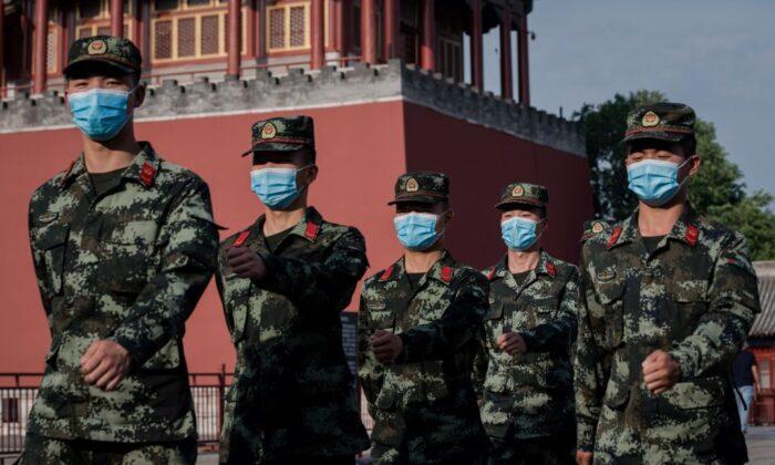 Los policías paramilitares marchan junto a la entrada de la Ciudad Prohibida en Beijing el 22 de mayo de 2020. (Nicolas Asfouri/AFP vía Getty Images)
