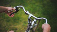 """Padre soltero pedalea 14 kilómetros para recoger las tareas de sus hijos: """"No cualquier padre hace eso"""""""