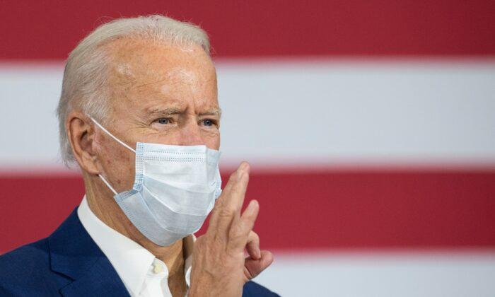 El candidato presidencial demócrata Joe Biden hace comentarios mientras se encuentra en Manitowoc, Wisconsin, el 21 de septiembre de 2020 (Jim Watson/AFP a través de Getty Images)