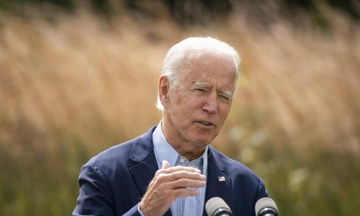 El candidato presidencial demócrata Joe Biden habla sobre el cambio climático y los incendios forestales de la costa oeste en el Museo de Historia Natural de Delaware en Wilmington, Del., el 14 de septiembre de 2020. (Drew Angerer/Getty Images)