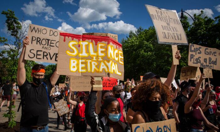 Los manifestantes sostienen pancartas mientras marchan durante una manifestación en Pittsburgh, el 6 de junio de 2020. (Maranie R. Staab/AFP vía Getty Images)