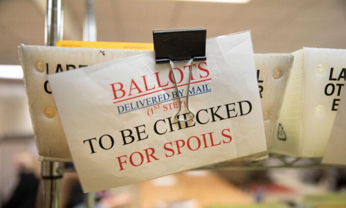 Las boletas enviadas por correo se encuentran en los contenedores del Servicio Postal de Estados Unidos en la oficina del secretario del condado de Stanislaus en Modesto, California, el 6 de noviembre de 2018. (Alex Edelman/Getty Images)