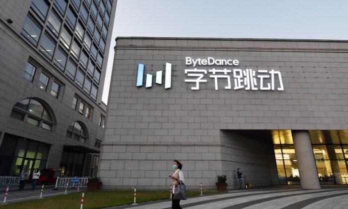 Una mujer pasa junto a la sede de ByteDance, la empresa matriz de la aplicación para compartir vídeos TikTok, en Beijing, el 16 de septiembre de 2020. (Greg Baker/AFP a través de Getty Images).