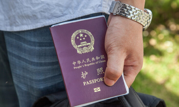 Un ciudadano chino sostiene un pasaporte de la República Popular China el 16 de mayo de 2014. (Omar Havana/Getty Images)