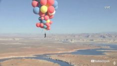 David Blaine vuela con éxito sobre el desierto de Arizona sujetándose a un montón de globos de helio