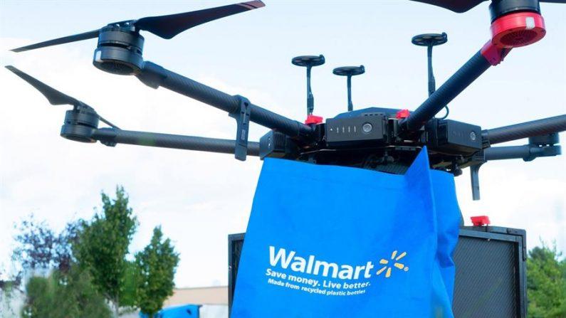 Fotografía cedida por Walmart donde se muestra un dron con una bolsa del supermercado que según un comunicado de la firma con sede en Bentonville (Arkansas) está haciendo las pruebas en la localidad de Fayetteville (EEUU). EFE/ Walmart