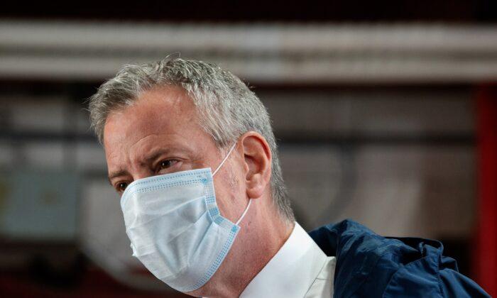 El alcalde de la ciudad de Nueva York, Bill de Blasio, habla durante una aparición en la ciudad de Nueva York, el 4 de mayo de 2020. (Bryan Thomas/Getty Images).