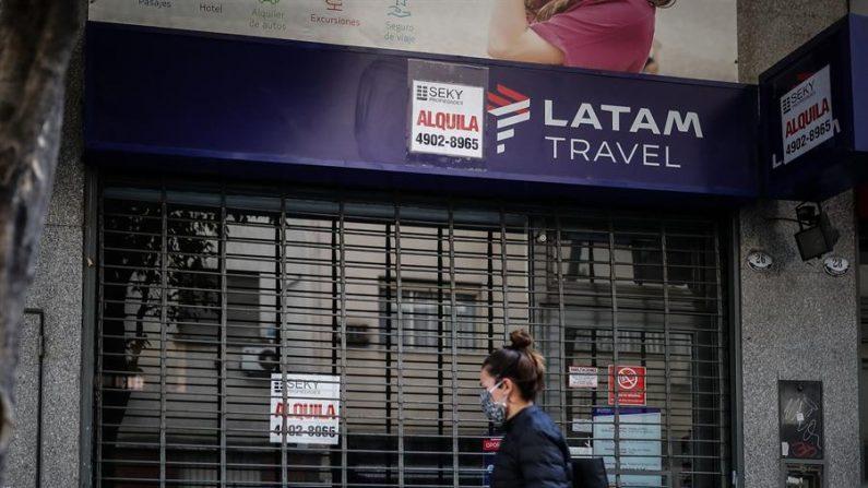 Una mujer fue registrada el 17 de septiembre de 2020 al caminar frente a un local cerrado de la aerolínea chilena Latam, en Buenos Aires (Argentina). EFE/Juan Ignacio Roncoroni