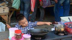 Niño de escuela rural preprara receta casera familiar para una tarea y el tierno video se hace viral