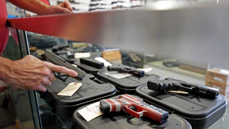 Un trabajador almacena armas en Davidson Defense en Orem, Utah, el 20 de marzo de 2020. (George Frey/AFP vía Getty Images)