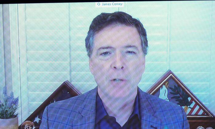 James Comey, exdirector del FBI, testifica por videoconferencia durante una audiencia del Comité Judicial del Senado, en Washington, el 30 de septiembre de 2020. (Stefani Reynolds/Pool/AFP a través de Getty Images).