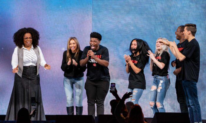 """Jerry Harris, tercero por la izquierda, con Oprah Winfrey (i) y otras estrellas de la serie de Netflix """"Cheer"""" en Dallas, Texas, el 15 de febrero de 2020. (Suzanne Cordeiro/AP vía Getty Images)"""