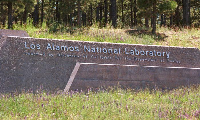 (FOTO DE ARCHIVO) Un cartel da la bienvenida a los visitantes al Laboratorio de Los Álamos después de cruzar el Puente Omega el 14 de junio de 1999 en Los Álamos, Nuevo México. (Joe Raedle/Getty Images)