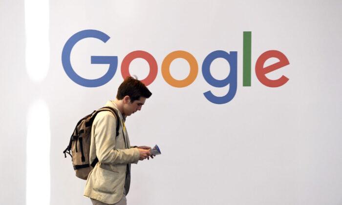 Un hombre pasa delante del logo de Google en París (Francia). (Alain Jocard /AFP vía Getty Images)