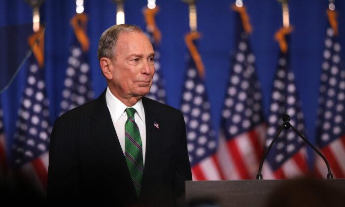 El excandidato presidencial demócrata, Mike Bloomberg, se dirige a su personal y a los medios de comunicación después de anunciar que pondrá fin a su campaña, en la ciudad de Nueva York, el 4 de marzo de 2020. (Spencer Platt/Getty Images).