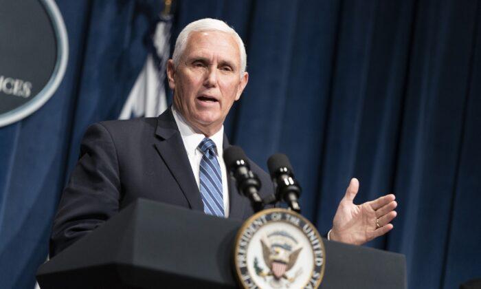 El vicepresidente de Estados Unidos, Mike Pence, habla en el Departamento de Salud y Servicios Humanos en Washington el 26 de junio de 2020. (Joshua Roberts/Getty Images)