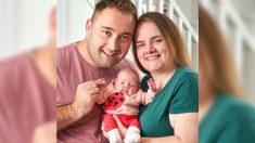 Bebé que nació a las 23 semanas, pesando menos que una piña, regresa a casa con sus felices padres