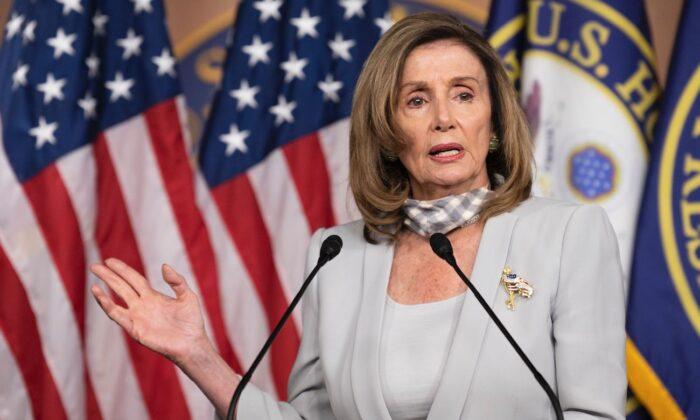 La presidenta de la Cámara de Representantes, Nancy Pelosi (D-Calif.), celebra su conferencia de prensa semanal en el Capitolio de Washington, el 13 de agosto de 2020. (Jim Watson/AFP vía Getty Images)