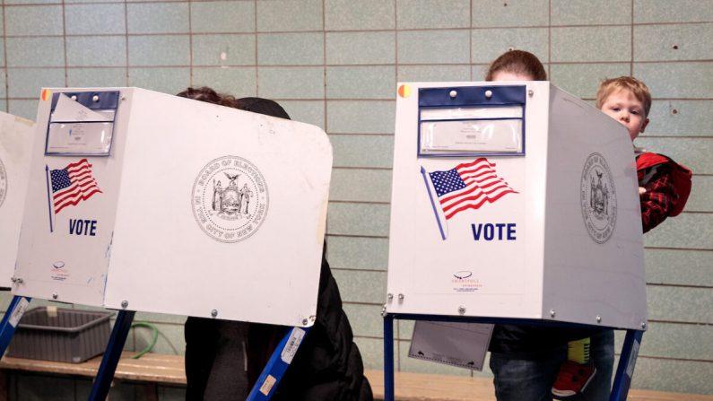 La gente vota en un lugar de votación en una escuela pública de la ciudad de Nueva York el 8 de noviembre de 2016. (Drew Angerer/Getty Images)