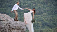 Novios amantes de la aventura posan para una sesión fotográfica de boda al borde de un precipicio