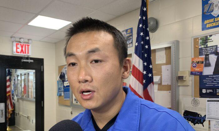El oficial de policía de Nueva York Baimadajie Angwang en una entrevista con NTD, canal hermano  de The Epoch Times, en Queens, Nueva York, el 8 de noviembre de 2019. (The Epoch Times).