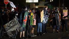 Arrestan a alborotadores de Portland después de atacar la oficina del sheriff