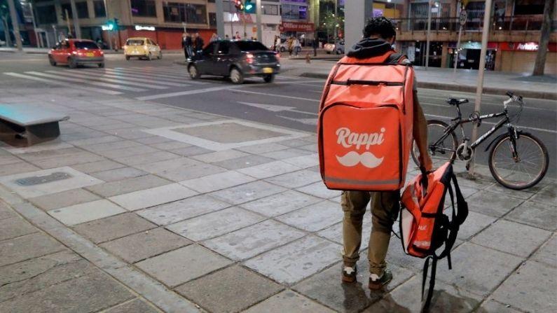 """Imagen Ilustrativa. Un mensajero en bicicleta, que trabaja para la empresa colombiana de envíos en línea """"Rappi"""", se ve en Bogotá, el 11 de octubre de 2018.  (JOHN VIZCAINO/AFP a través de Getty Images)"""