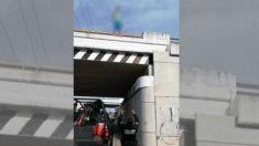 """Policía salva la vida de un hombre que saltó desde un puente en México """"atrapándolo"""" con sus brazos"""