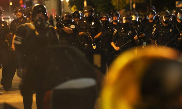 Agentes de policía intentan despejar las calles después de una marcha por Daniel Prude en Rochester, NY, el 4 de septiembre de 2020. (Michael M. Santiago/Getty Images)