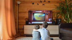 Maestra mexicana hace llorar de emoción a su alumno al llevarle un televisor para que estudie desde casa