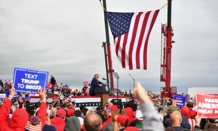 El presidente Donald Trump se dirige al público durante un mitin de campaña en el Aeropuerto Internacional MBS, en Freeland, Michigan, el 10 de septiembre de 2020. (Mandel Ngan/AFP a través de Getty Images).