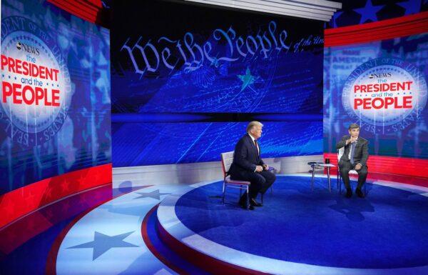 El presidente Donald Trump y el presentador de ABC News George Stephanopoulos participan en un encuentro con votantes indecisos en el National Constitution Center de Filadelfia, Pensilvania, el 15 de septiembre de 2020. (Mandel Ngan/AFP vía Getty Images)