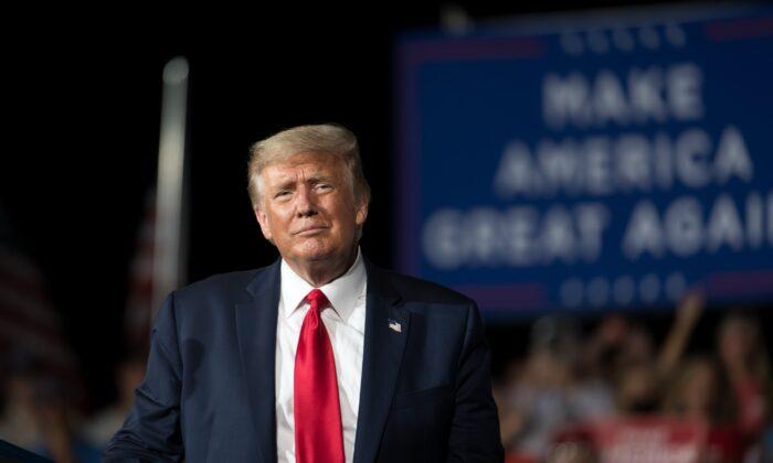 El presidente Donald Trump se dirige a la multitud durante un mitin en Winston Salem (Carolina del Norte) el 8 de septiembre de 2020. (Sean Rayford/Getty Images)