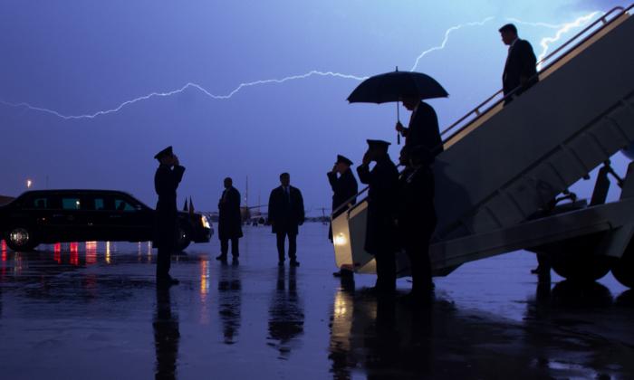 El presidente Donald Trump desembarca del Air Force One mientras un rayo divide el cielo durante una tormenta en la Base Conjunta Andrews, Md., el 28 de agosto de 2020. (SAUL LOEB/AFP vía Getty Images)