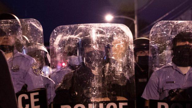 """Trump pide """"ley y orden"""" mientras Filadelfia enfrenta disturbios por balacera mortal de la policía"""