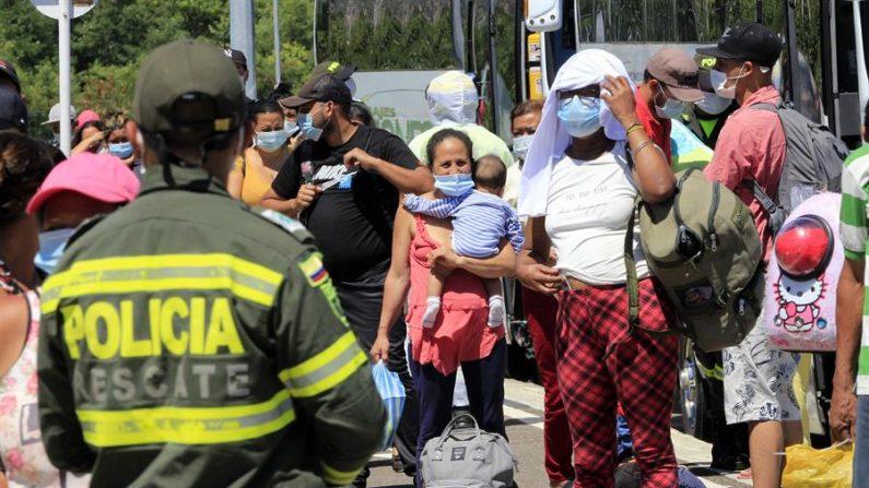 Ciudadanos venezolanos en tránsito hacia su país llegan a un campamento sanitario levantado con la ayuda de la Agencia de las Naciones Unidas para los Refugiados (Acnur), el 15 de octubre de 2020, en Cúcuta (Colombia). EFE/Mario Caicedo