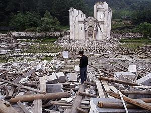 Un hombre rescata lo que puede de los escombros de una iglesia destruida en el municipio de Bailu en Pengzhou, provincia de Sichuan, China, el 31 de mayo de 2008. (Fotos de China/Getty Images)