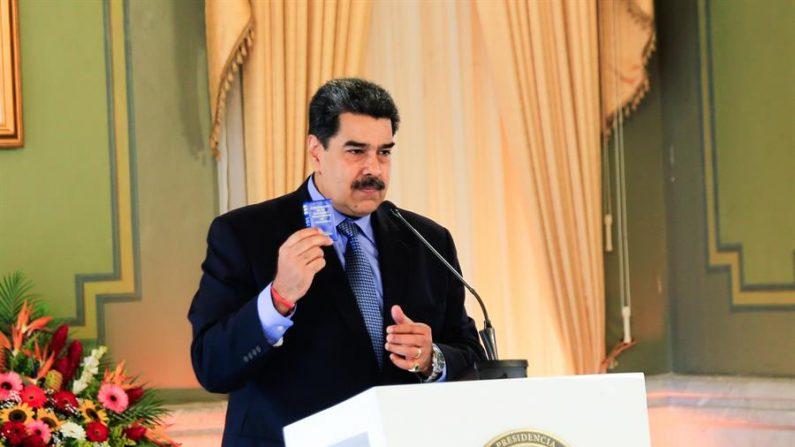 Fotografía cedida por prensa de Miraflores que muestra al líder socialista de Venezuela, Nicolás Maduro, mientras ofrece declaraciones en una rueda de prensa el 28 de octubre de 2020, en Caracas (Venezuela). EFE/ Prensa De Miraflores