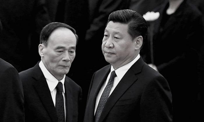 El líder del régimen comunista chino, Xi Jinping (R, y el exjefe de la lucha contra la corrupción, Wang Qishan, en Beijing el 30 de septiembre de 2014. (Feng Li/Getty Images)