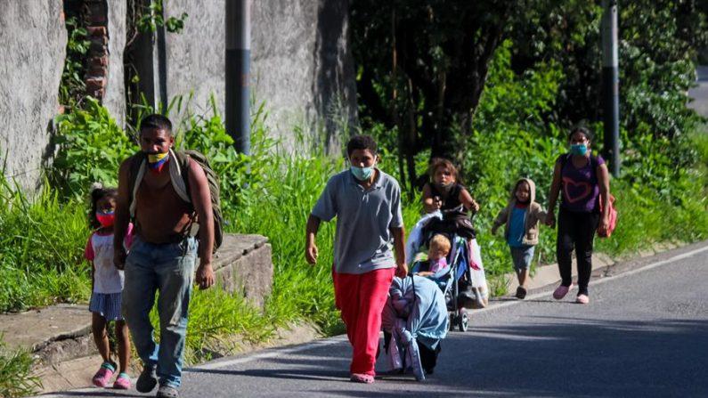 Un grupo de venezolanos camina por una calle con maletas y bolsos, el 7 de octubre de 2020, en San Cristóbal, estado Táchira (Venezuela). EFE/ Johnny Parra