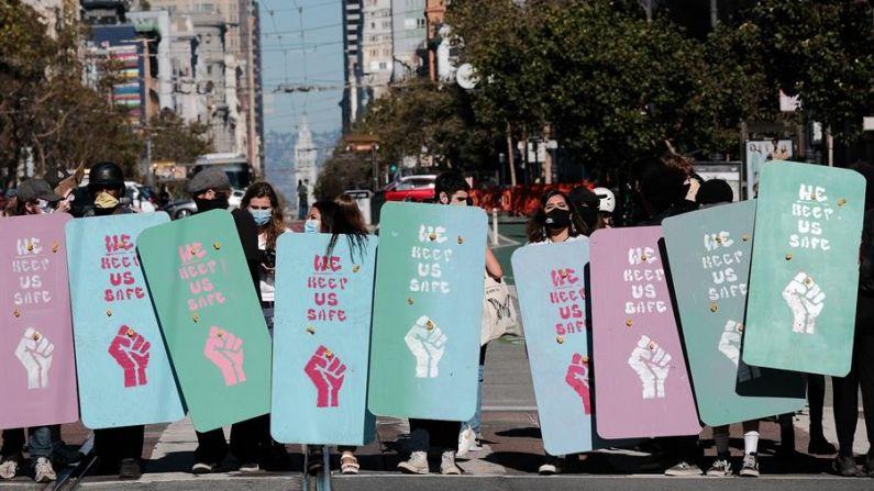 Manifestantes contrarios forman un muro de escudos para impedir que la policía de San Francisco disperse su marcha después de un acto por la libre expresión contra Twitter organizado por un activista conservador, en San Francisco, California (EE.UU.), el 17 de octubre de 2020. (EFE/EPA/DAVID ODISHO)