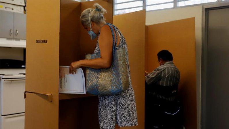 La CEE ha dedicado las últimas semanas al envío de papeletas a electores para el voto adelantado por correo y voto ausente. EFE/Thais Llorca/Archivo
