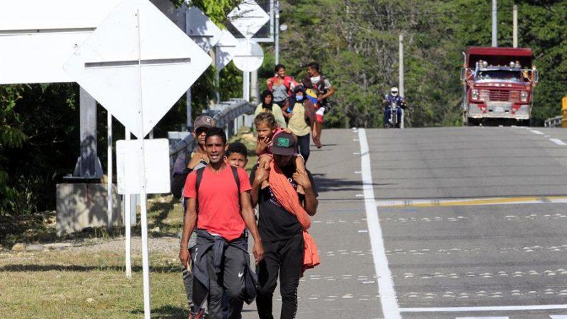Ciudadanos venezolanos que llegaron a Colombia caminando transitan una vía el 15 de octubre de 2020, en Cúcuta (Colombia). EFE/ Mario Caicedo