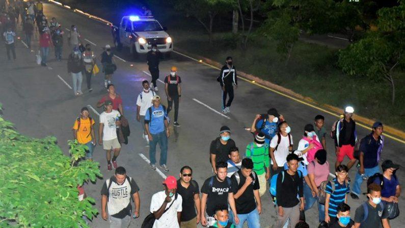 Ciudadanos hondureños salen en caravana rumbo a Estados Unidos, el 30 de septiembre de 2020 desde la Gran Central Metropólitana en San Pedro Sula (Honduras). (EFE/José Valle)