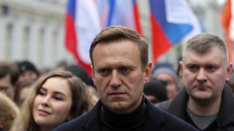 Imagen de archivo del opositor ruso Alexéi Navalni en una manifestación en Moscú (Rusia), el pasado mes de febrero de 2020. EFE/EPA/YURI KOCHETKOV