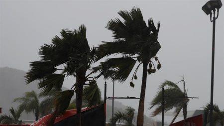 El Caribe en alerta de tormenta y el huracán Épsilon deja marejadas al norte