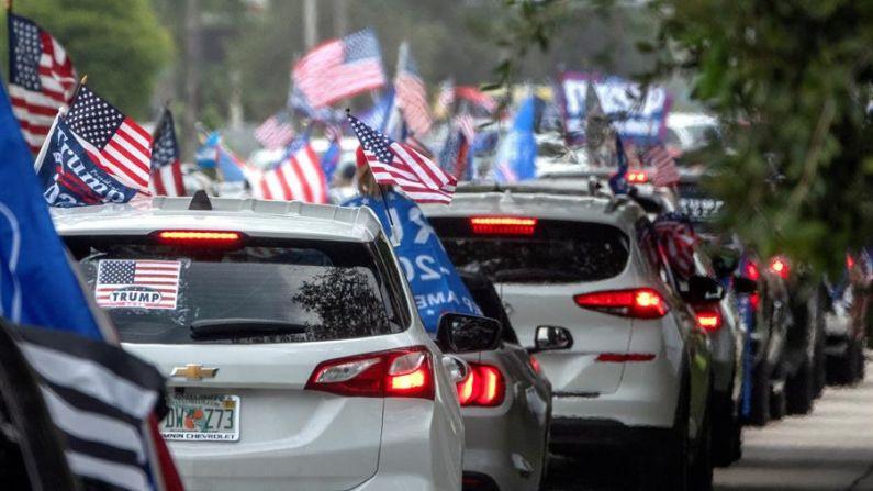 """Decenas de miles de personas participan de la """"Caravana Anticomunista"""" en Miami, Florida, EE.UU., el 10 de octubre de 2020. (EFE/EPA/CRISTOBAL HERRERA-ULASHKEVICH)"""